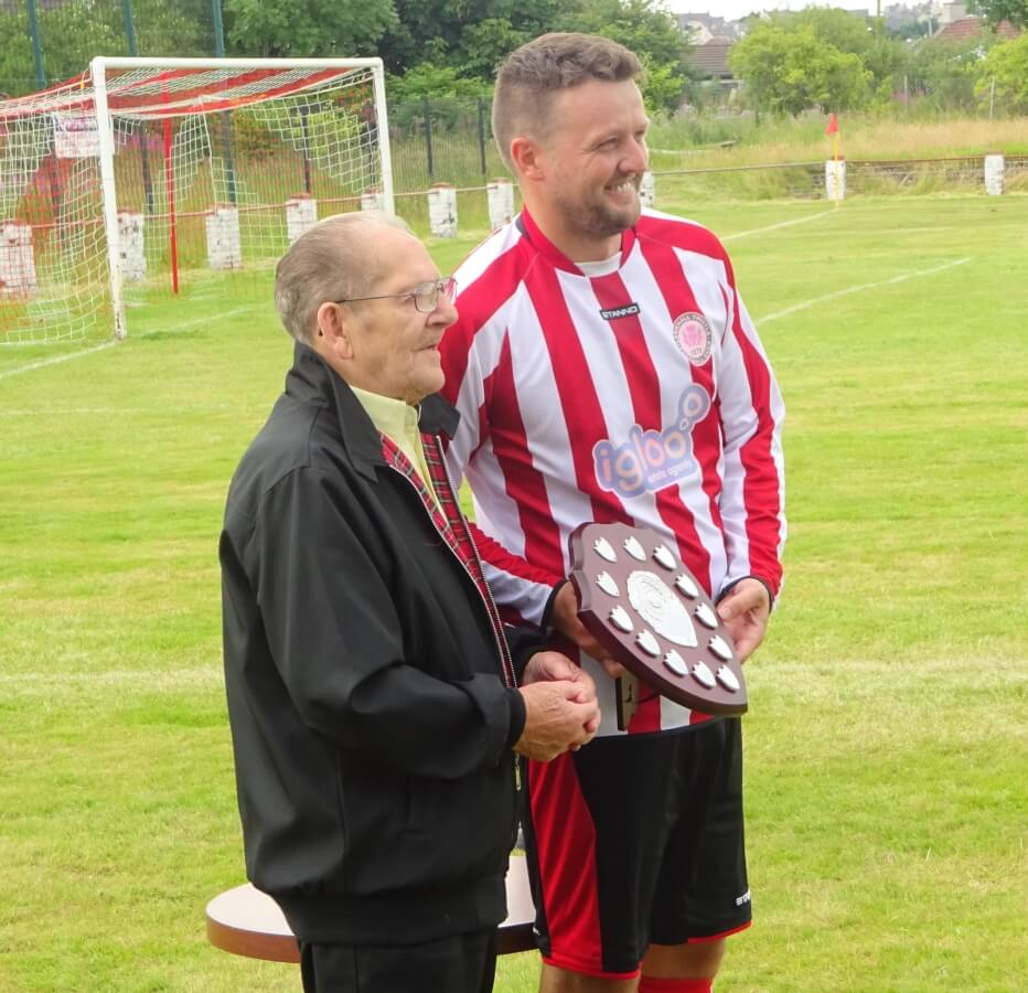 Optimized-Tommy's father presents trophy to Mark Canning